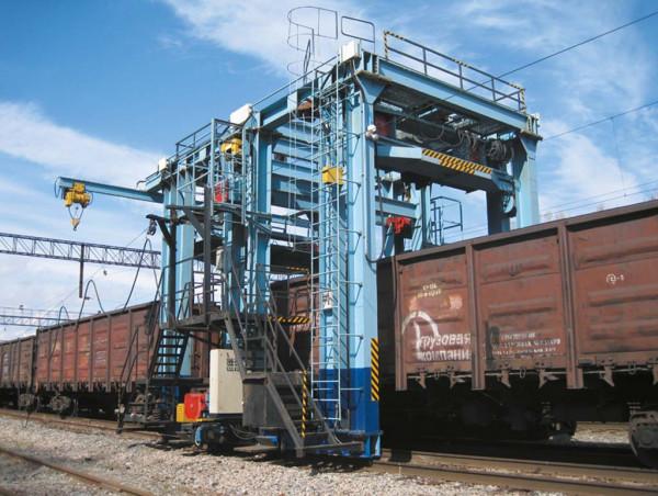 Universal machine for repairing freight wagons
